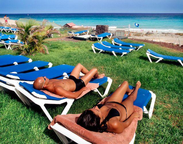 sunbath couple 2 Μαύρισμα, διατροφη και διακοπές!
